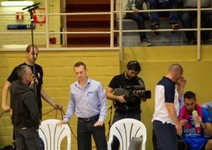 Steven Vanmedegael, assistant coach de Roeselare, écarte le preneur de son durant un temps-mort