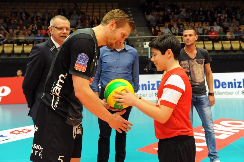 Jelte Maan (Maaseik) se voit donner le nouveau ballon de match Miikasa avant le début de la rencontre !