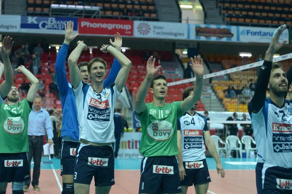 Les joueurs de Knack Roeselare saluent le public après leur victoire en Suisse !