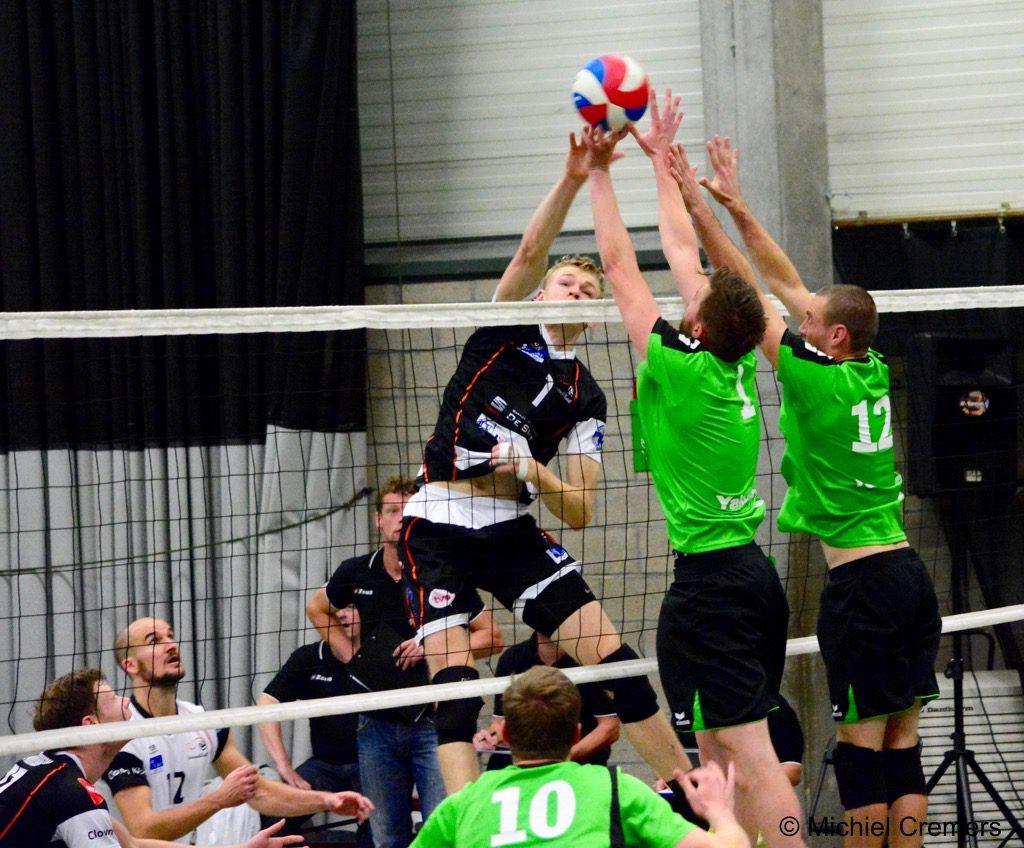 Menno Booischot kon in de tweede en de derde set telkens even gelijke tred houden met Lindemans Aalst. FOTO Michiel Cremers