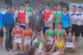 Podium hommes et dames de la manche bruxelloise du Belgian Beach Volley Tour 2013